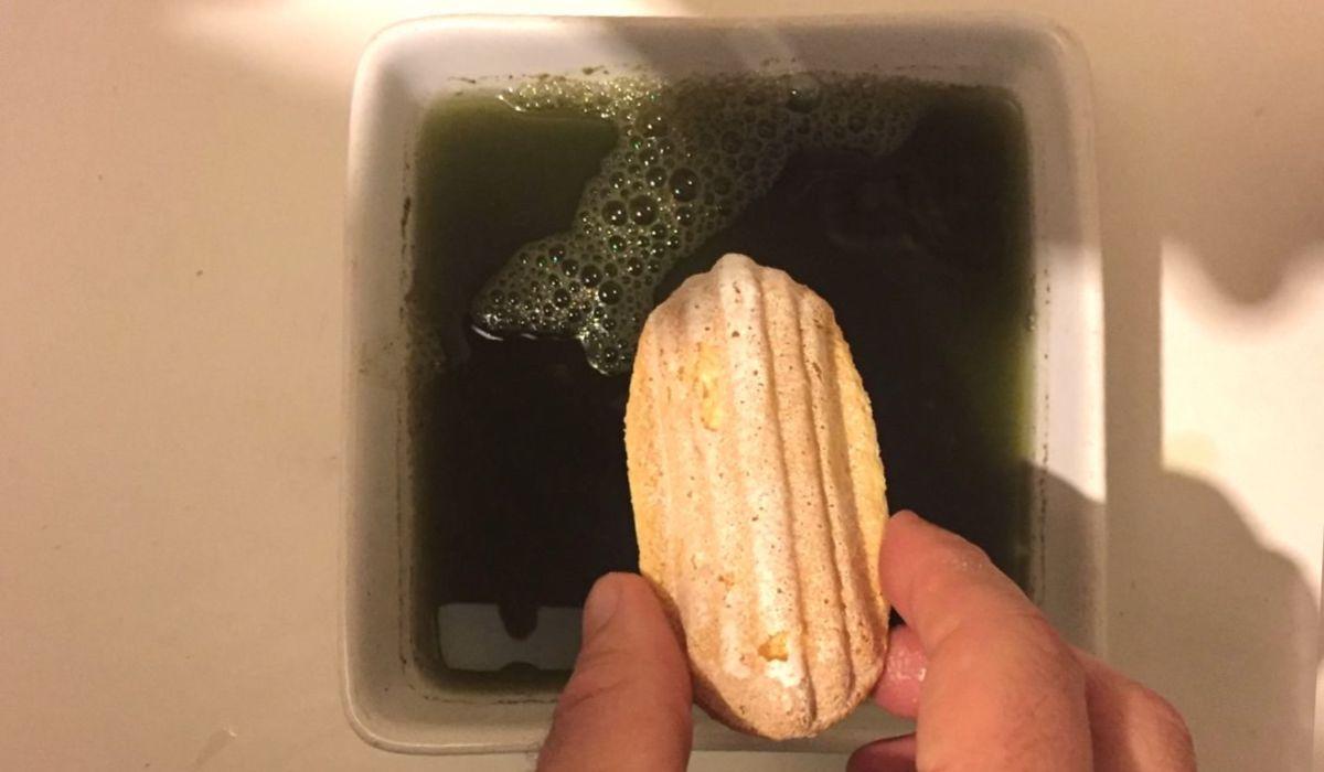 Plonger les biscuits dans le Matcha
