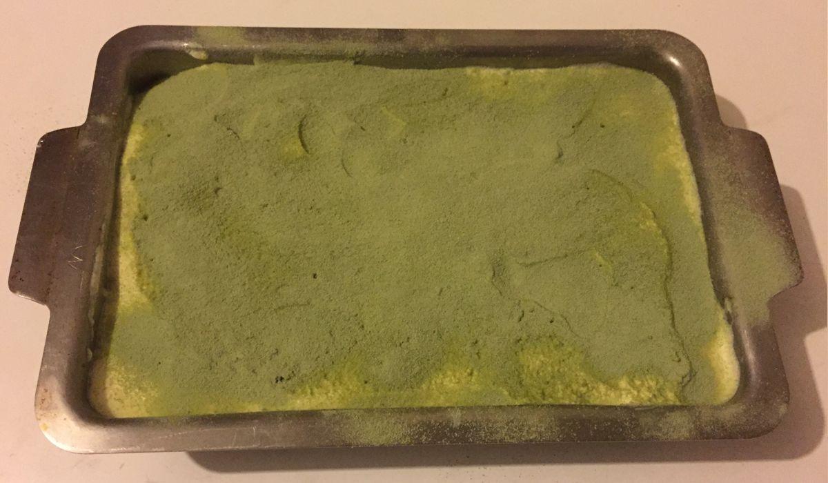 Saupoudrer le tiramisu de thé Matcha